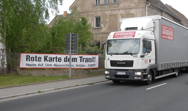 LKW vor Streik-Transparent auf B99