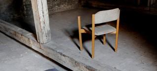 Einsamer Sessel im Staub der Alma Mater