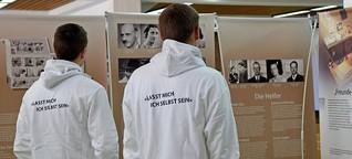 Häftlinge führen durch die Ausstellung