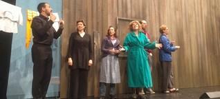 Theateraufführung in Gebärdensprache. Mit Dolmetscher auf der Bühne