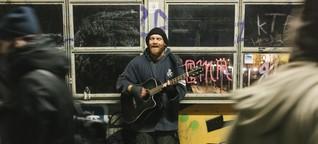 Reportage: Unterwegs mit einem Straßenmusiker