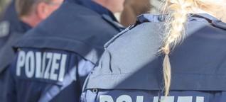 Mob von bis zu 30 Personen geht auf Polizisten los