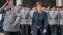 Kramp-Karrenbauers Vereidigung: Ein Extra-Bundestag für 44 Wörter