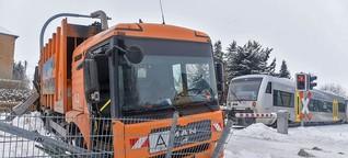 Regionalbahn erfasst Müllauto an Bahnübergang in Leisnig